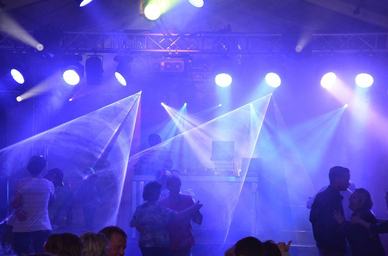 aprire un night club